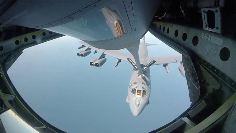 Ngoạn mục cảnh tiếp liệu 'pháo đài bay' B-52 giữa trời