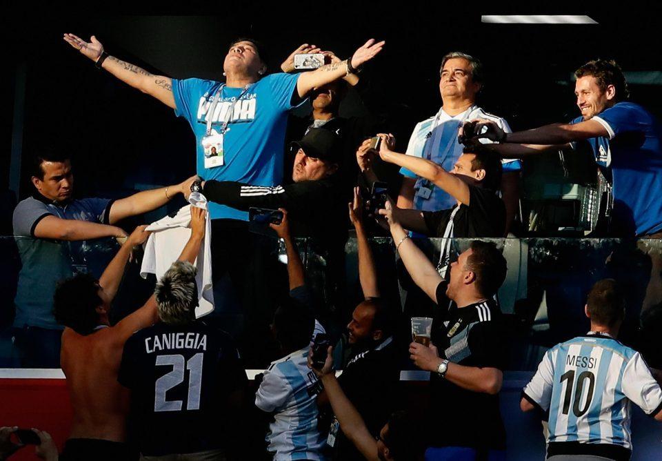 Cổ vũ Argentina quá 'sung', Maradona khiến tất cả hoảng hồn