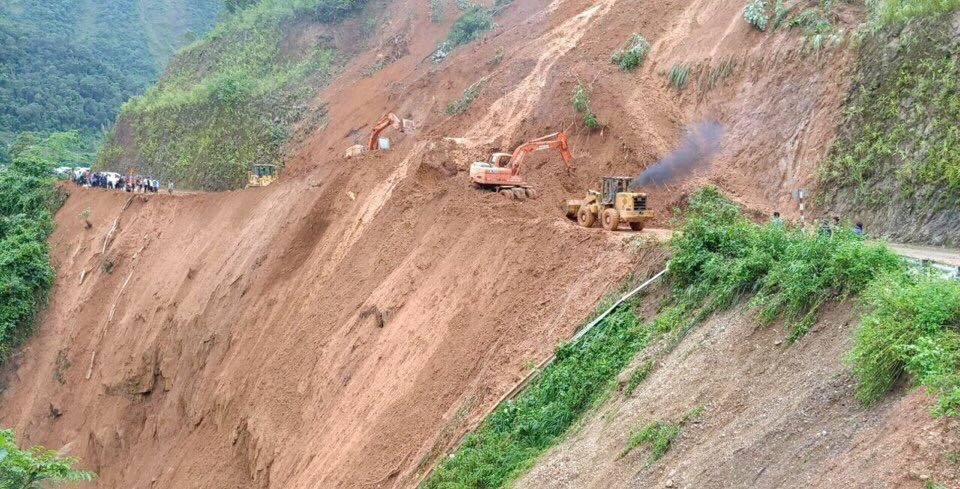 Mảng núi sạt, đẩy bay 2 máy xúc và 2 công nhân xuống vực