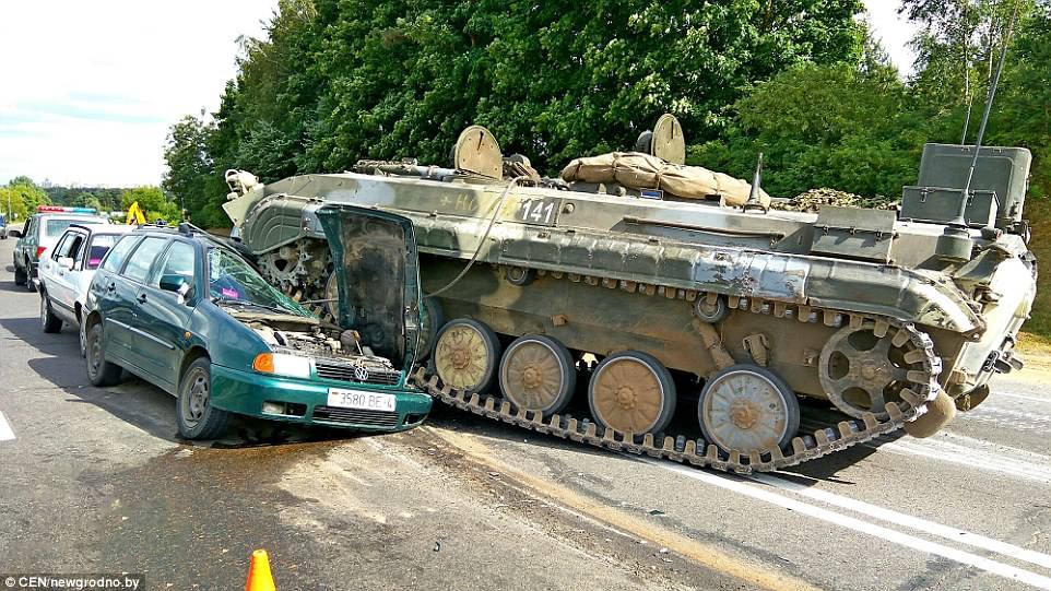 Xe tăng mất kiểm soát, cán nát xe hơi giữa phố