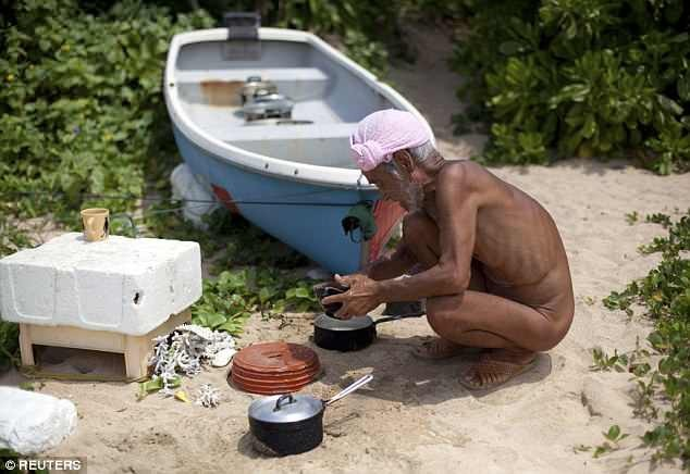 Gặp cụ ông sống khỏa thân trên đảo hoang