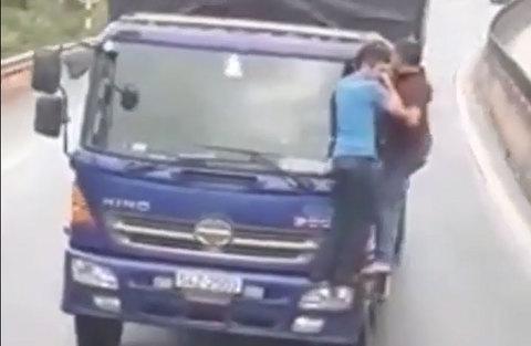 Hai người đàn ông đu trên đầu xe tải chạy suốt quãng đường dài