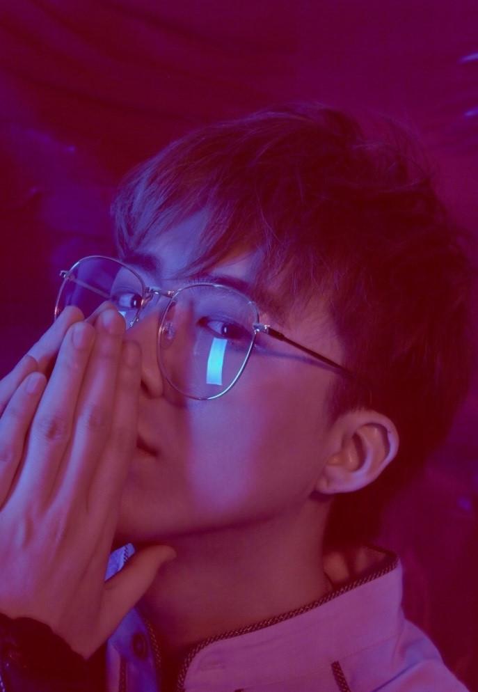 Hot boy hát hay cao 1,87 m trở thành ngôi sao mạng tại Trung Quốc