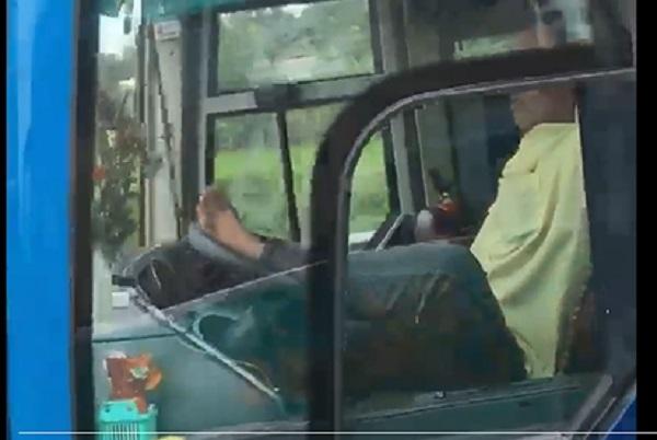 Tài xế dùng chân 'ôm vô lăng' trên cao tốc bị tước GPLX 3 tháng