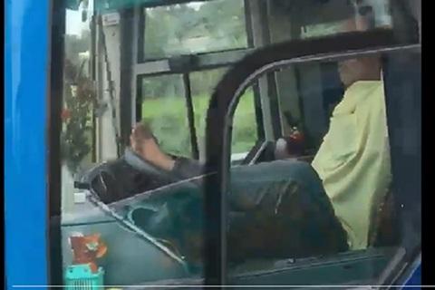 Tài xế xe khách 'ôm vô lăng' bằng chân trên đường dân cao tốc