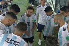 """""""Đại ca"""" Messi lấn quyền HLV, truyền lửa cầu thủ Argentina"""