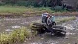 Người nông dân sáng chế chiếc máy cày điều khiển từ xa