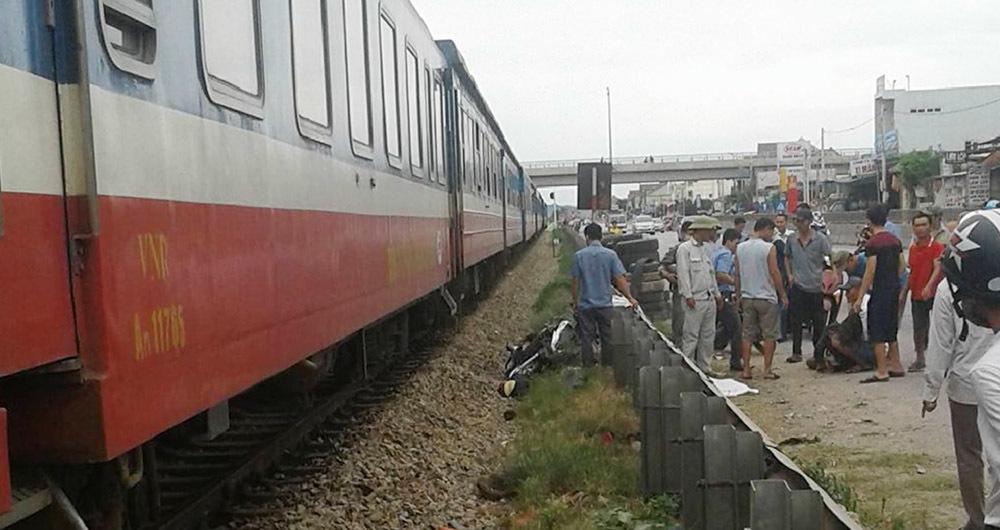 Tàu hỏa húc văng xe máy, mẹ tử nạn, con gái trọng thương