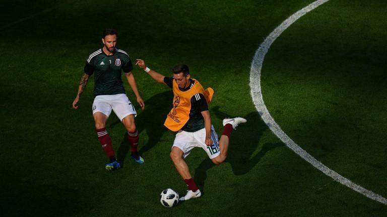 Các cầu thủ Mexico khởi động trước trận
