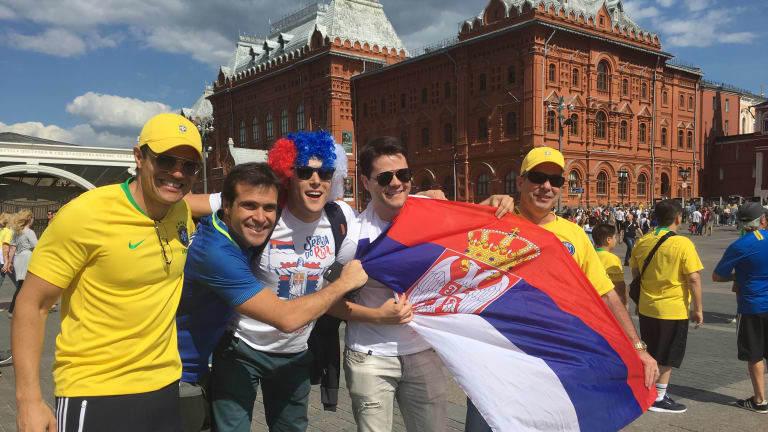 CĐV Serbia vs Brazil háo hức trước giờ bóng lăn