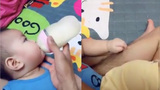 Em bé vừa dứt lông chân bố vừa thảnh thơi ti sữa