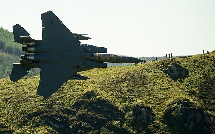"""Chiến cơ bay cực thấp giữa khe núi, """"qua mặt"""" cả radar"""