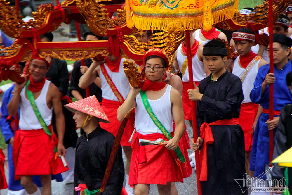 Trai tân Hà thành mặc váy 'e ấp' rước nước sông Hồng về đình