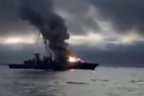 Xem tên lửa nổ cháy xém bong tàu khu trục Đức