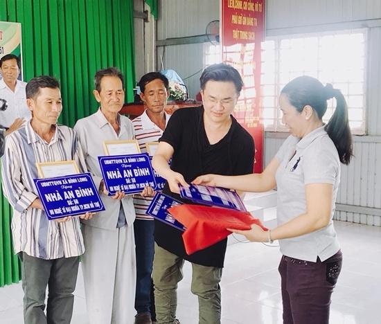 Đàm Vĩnh Hưng khoe xấp tiền 100 RUB dịp World Cup 2018