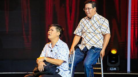 Đang để tang cha, Phước Sang xuất hiện tiều tụy trên sân khấu