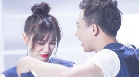 Hari Won bật khóc vì đau đớn trong phần thi chụp ảnh kết hợp Yoga và Xiếc