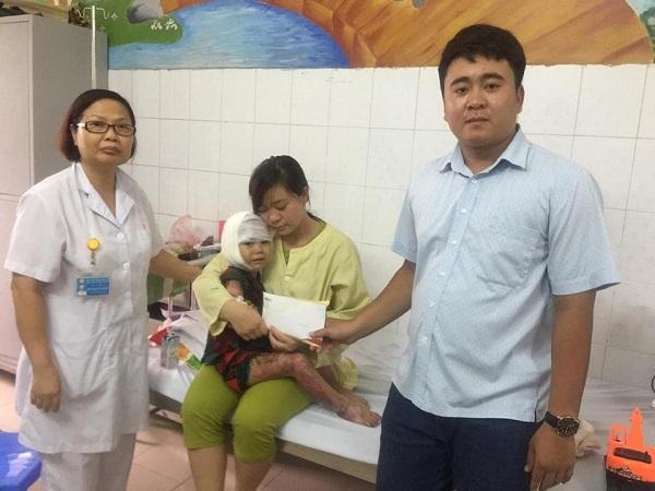 Hơn 32 triệu đồng bạn đọc giúp đỡ bé Vù Thái Sâng bị bỏng lửa
