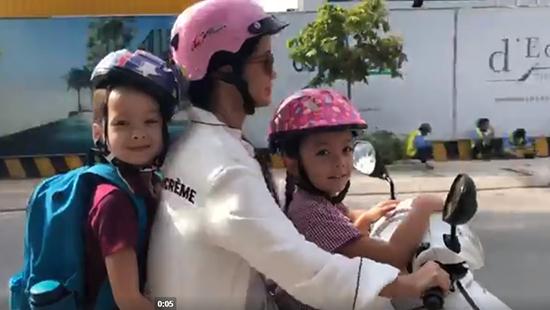 Hồng Nhung chở con bằng xe máy, tập hát opera để 'xốc mình lên'