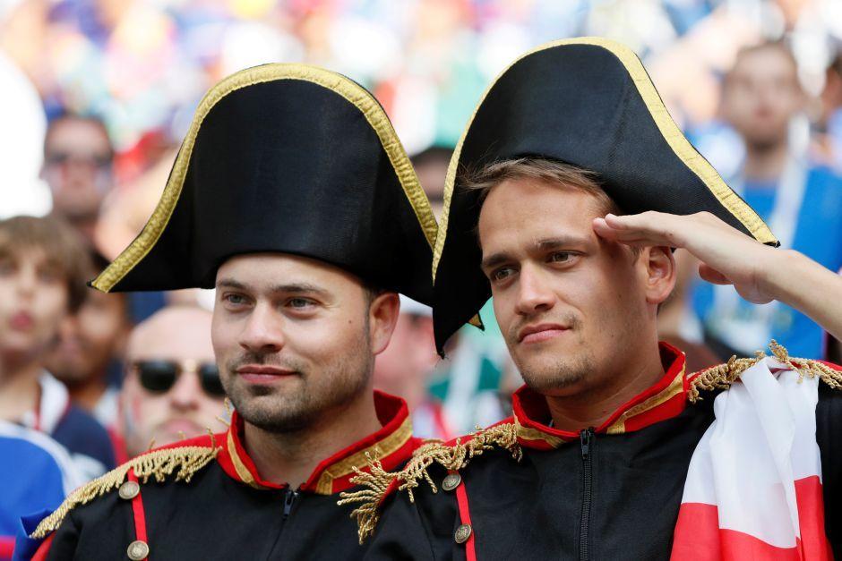 Trang phục lạ lùng của các cổ động viên World Cup