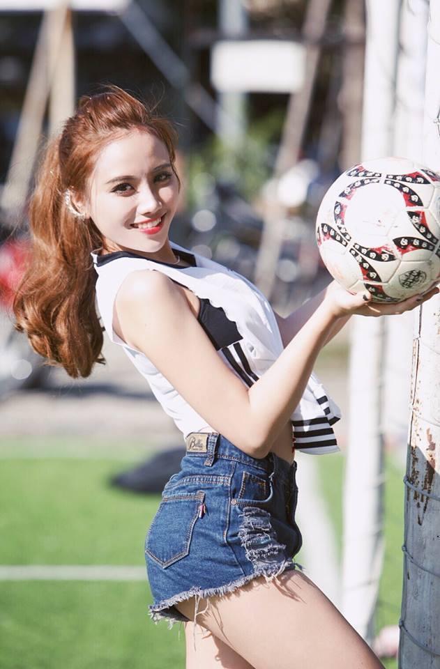 Bỏng mắt với đường cong gợi cảm của MC 'Nóng cùng World Cup'