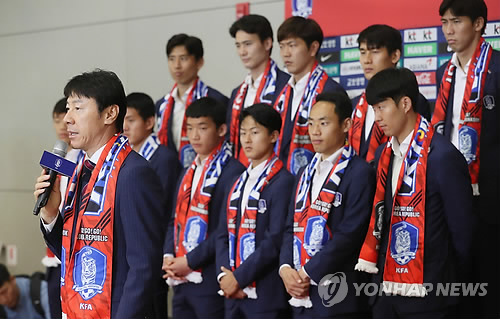 Cầu thủ Hàn Quốc bị ném trứng thối khi trở về quê nhà