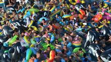 Nghẹt thở với 'biển người' bơi trong bể không còn chỗ trống ở Trung Quốc