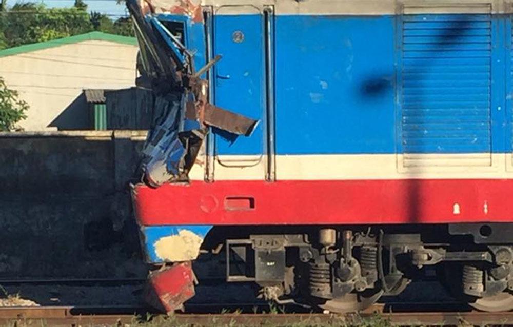 Đâm văng xe bồn chở gas, lái và phụ tàu SE19 bị thương