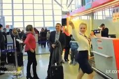 Màn vũ điệu gây sốt của các tiếp viên hàng không ngay tại sân bay