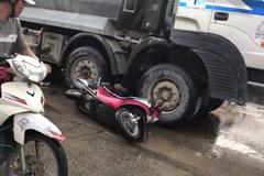 Giây phút thoát chết thần kỳ của 2 cô gái bị cuốn vào gầm xe tải
