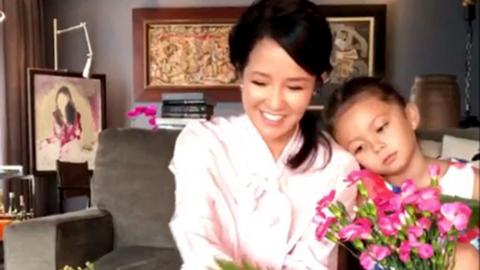 Hồng Nhung ly hôn chồng Tây vẫn lạc quan bên hai con