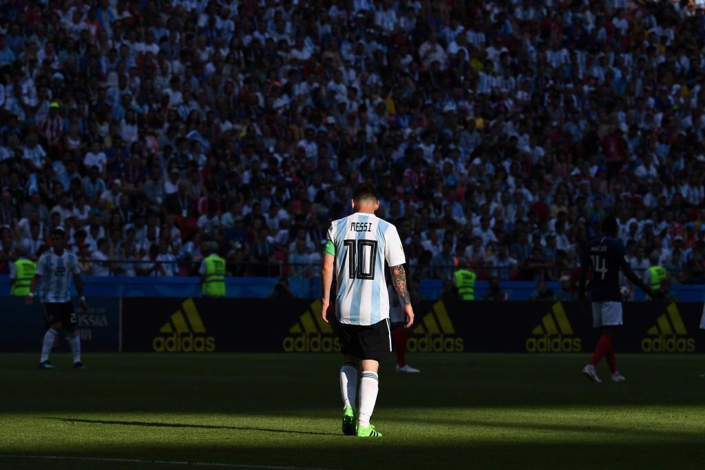 Argentina cúi đầu về nước: Messi nhỏ bé giữa những kẻ tầm thường