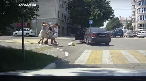 Nữ tài xế Mercedes bị đánh giữa phố vì bấm còi