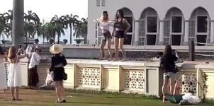 Du khách TQ bị Malaysia trục xuất vì nhảy gợi cảm trước đền thờ
