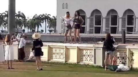 Du khách TQ bị Malaysia trục xuất vì nhảy sexy trước đền thờ