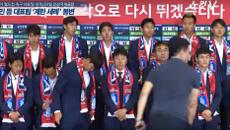 CĐV World Cup 'kém sang': Ném trứng vào cầu thủ, hở bạo để nổi tiếng