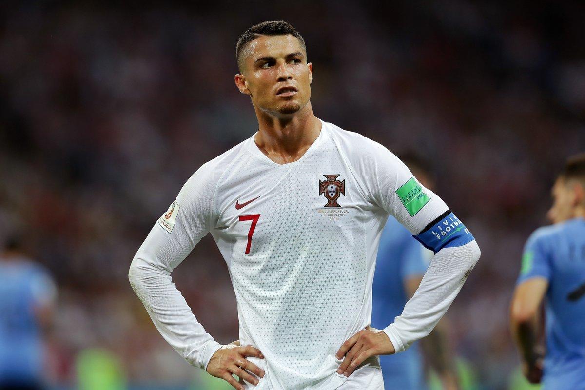 Bồ Đào Nha bị loại, Ronaldo nổi đóa vì chuyện tế nhị
