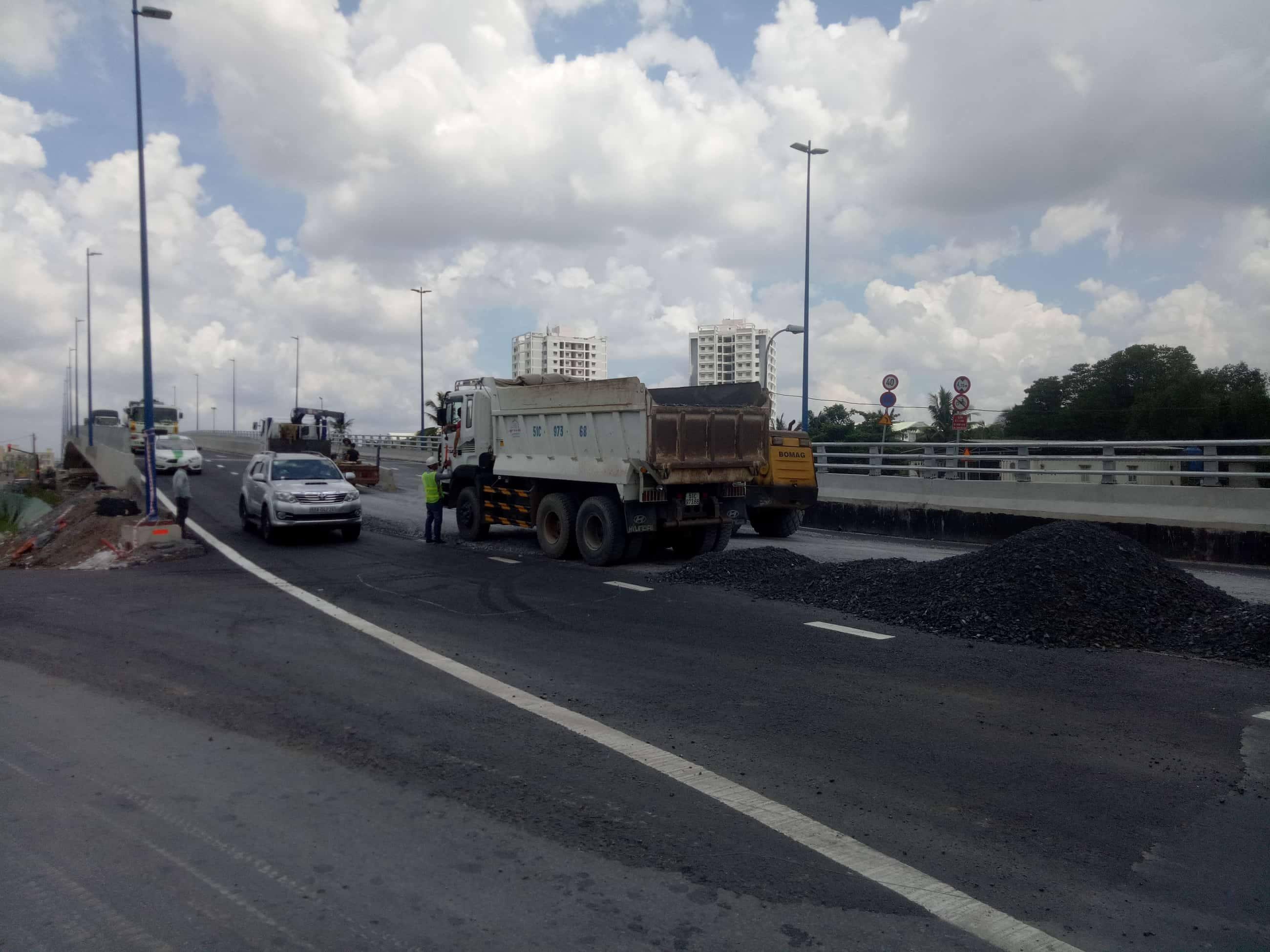 Cầu vượt 200 tỷ ở Sài Gòn vừa thông xe 24 giờ đã sụt lún, trồi nhựa
