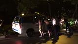 Đám đông giải cứu taxi ra khỏi giải phân cách trong đêm