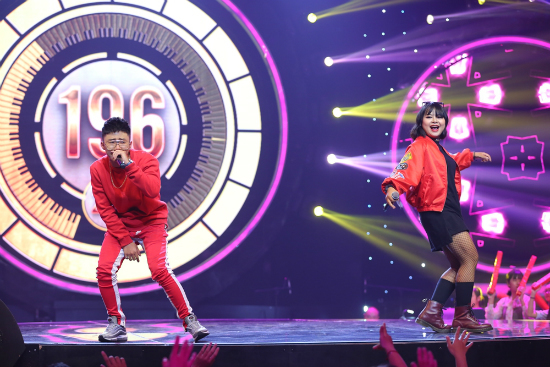 Kay Trần hóa trang quê mùa hát hit 'Cô gái mét 52'