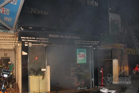Hàng chục người mắc kẹt trong đám cháy khu tập thể Hà Nội lúc rạng sáng
