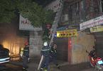 Hà Nội: Khu tập thể cháy lớn trong đêm, nhiều người mắc kẹt