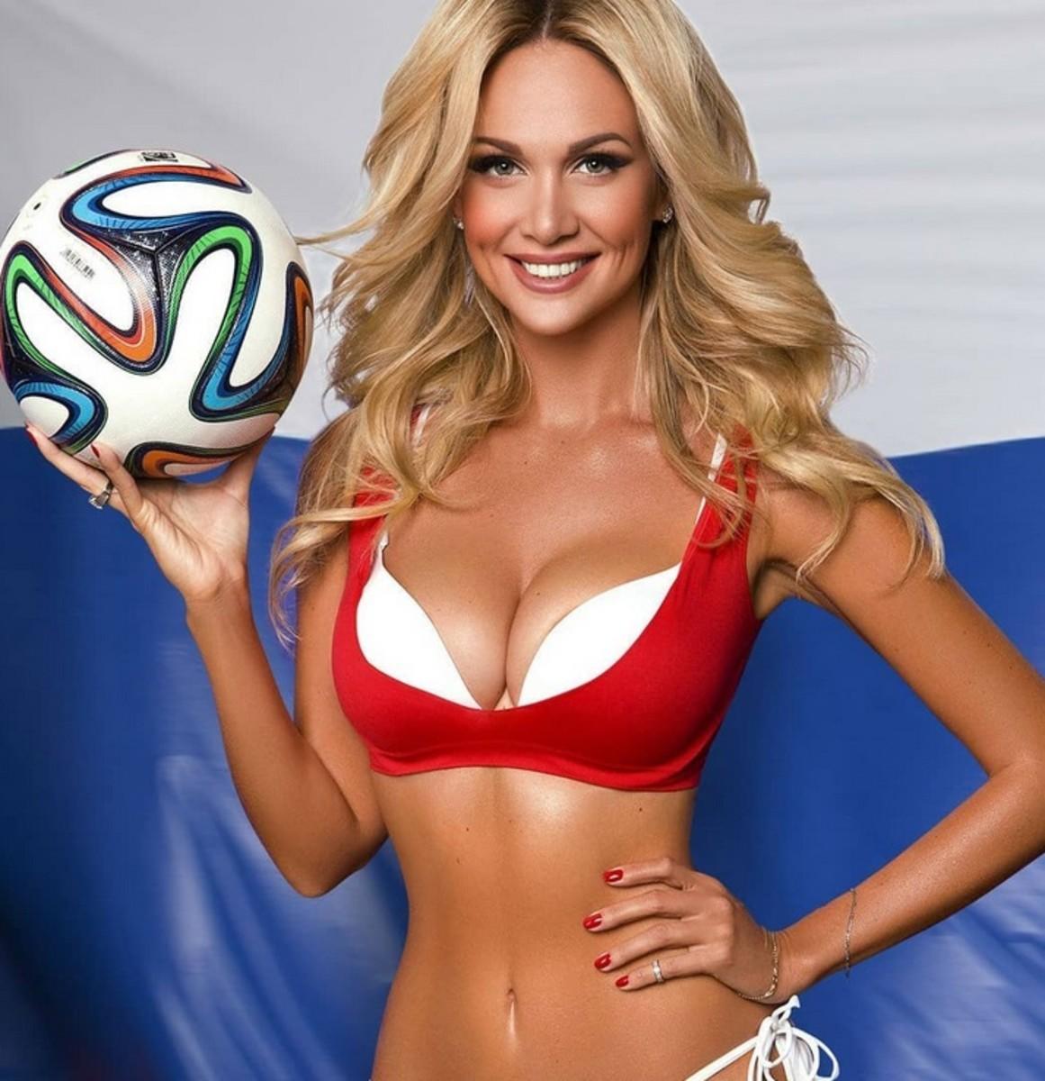 Hoa hậu Nga reo hò khi đội chủ nhà vào tứ kết World Cup