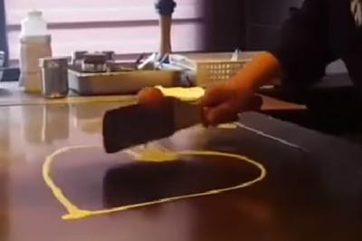 Vẽ hình trái tim bằng một quả trứng và con dao