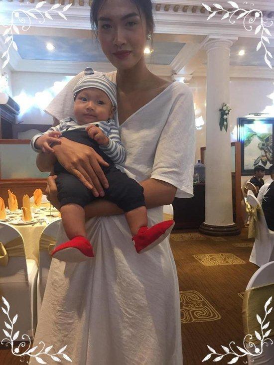 Người mẫu Nguyễn Hợp cho con bú trong đám cưới