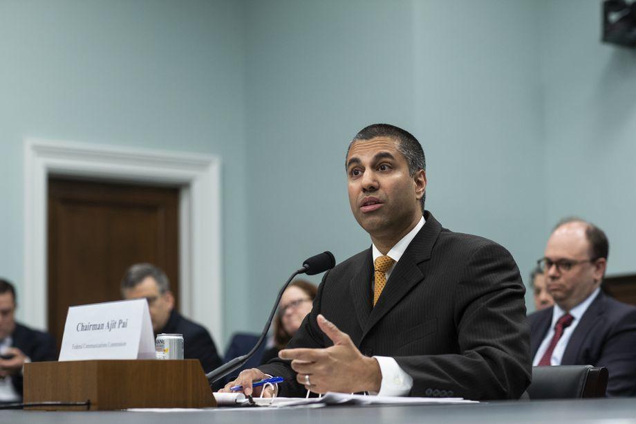 Dọa giết chủ tịch FCC, 'anh hùng bàn phím' bị bắt