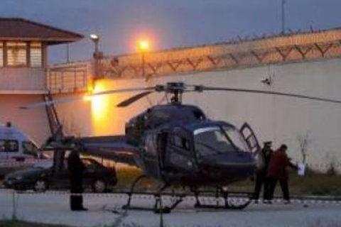 Dùng súng trường và trực thăng cướp ngục táo tợn giữa Paris
