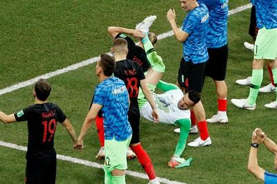 Phì cười cảnh thủ môn Croatia ngã lộn cổ khi ăn mừng