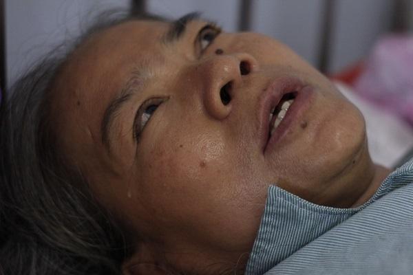 Con ung thư giai đoạn cuối, mẹ già mù lòa bữa đói bữa no