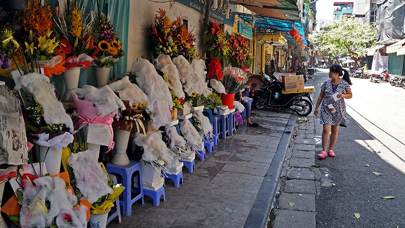 'Hà Nội chảo lửa': Người ra đường kín mít, ngồi cà phê lạnh run trốn nóng
